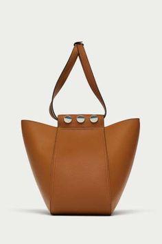 Bolso tipo saca con dos posibilidades de cierre, de Zara (25,95 €). - AR Revista