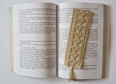 Crochet Lace 10 Free Crochet Bookmark Patterns: Lace Crochet Bookmark Free Pattern - These ten free crochet bookmark patterns are perfect for making presents. Tuck one inside the gift of a book for a personal touch. Crochet Cross, Thread Crochet, Filet Crochet, Crochet Needles, Crochet Gifts, Diy Crochet, Ravelry Crochet, Crochet Designs, Crochet Patterns