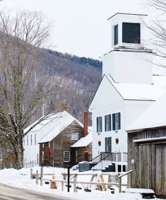 Perfect peaceful little town ❄️ New England States, New England Travel, Vermont Winter, Woodstock Vermont, Woodland House, Rustic Exterior, Vintage Hawaii, Beach Trip, Hawaii Beach