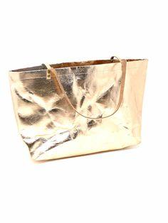Shopper aus waschbarem Papier/veganem Leder in Rosegold #shopperveganesleder #shopperwaschbarespapier #shopperrosegold Latex, Shopper, Cuff Bracelets, Rose Gold, Bags, Jewelry, Fashion, Paper, Artificial Leather