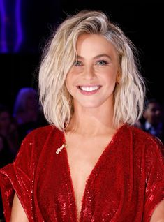 Julianne Hough Just Chopped Her Hair Into A Classic Bob+ The actress just debuted a super-short bob — inspired by a Claire Danes — and it's a 2020 classic. 27 Piece Hairstyles, Messy Bob Hairstyles, Long Bob Haircuts, My Hairstyle, Hairstyles 2018, Medium Hairstyles, 90s Haircuts, Wedding Hairstyles, Fine Hairstyles