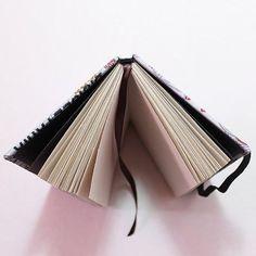 Encadernação clássica: caderno lombada quadrada. 📕📖 #encadernaçãomanualartística #cadernosartesanais #feitoàmão #papelaria #lombadafechada #encadernacaoclássica #bookbinding #stationery #handbook ##handmade #sketchbook #craft