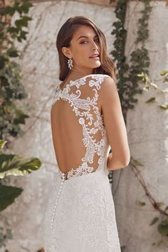 Justin Alexander - Style Lace Fit and Flare Gown with Metallic Threading and Keyhole Back Sleek Wedding Dress, Fit And Flare Wedding Dress, Stunning Wedding Dresses, Keyhole Back Wedding Dress, Corsage, Plunging Neckline Style, Bridal Gowns, Wedding Gowns, Justin Alexander