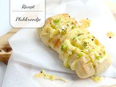 Hou je net als ik van kaas? Maak dan eens een klein plukbroodje met kruidenboter en lekker veel kaas!