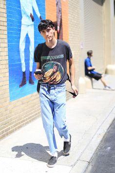 2016-09-11のファッションスナップ。着用アイテム・キーワードはスリッポン, デニム, 黒Tシャツ, Tシャツ,VANS(バンズ)etc. 理想の着こなし・コーディネートがきっとここに。  No:163642