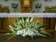 Altar Flowers, Church Flowers, Funeral Flowers, Flores Funeral, Easter Flower Arrangements, Floral Arrangements, Flores Do Altar, Church Altar Decorations, Cemetery Flowers