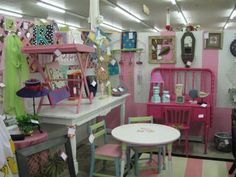 Flea Market Booth Decorating Ideas   just loved this little booth! Lots of hot pink and black which is ...