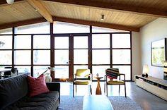 Velká prosklená stěna přivádí do interiéru spoustu světla, byť je dům cíleně stíněn.