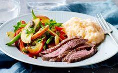 Grov kartoffelmos med flanksteak og stegte grønsager