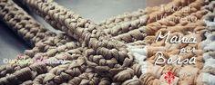Tutorial con foto e spiegazioni per realizzare dei manici per borse in fettuccia all'uncinetto Crochet Handbags, Crochet Purses, Crochet Bags, T Shirt Yarn, Knitted Bags, Craft Tutorials, Merino Wool Blanket, Burlap Wreath, Purses And Bags