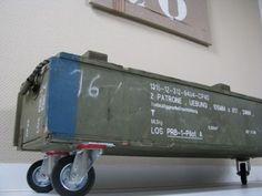 Opbergbox op wielen van een oude legerkist