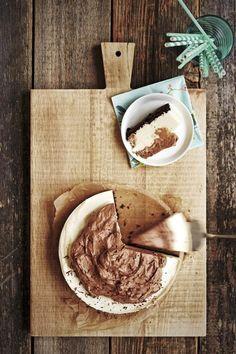 Kinder-juustokakku. Juustokakku maistuu Kinderiltä, kun yhdistät suklaisen pohjan valkosuklaiseen täytteeseen! Viimeisen silauksen luo maitosuklaavaahto.