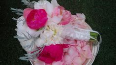 White and bright pink bouquet Pink Bouquet, Bright Pink, Wedding Bouquets, Floral Design, Bridal, Brides, World, Wedding Brooch Bouquets, Bridal Bouquets