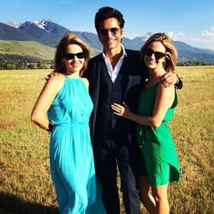 The Full House Cast Is Everywhere You Look At Dave Coulier's Wedding Candace Cameron Bure, John Stamos, and Andrea Barber pose in front of the gorgeous Montana mountains. Candace Cameron Wedding, Candace Cameron Bure, Full House Twins, Full House Theme Song, Celebrity Pictures, Celebrity News, Full House Cast, Uncle Jesse, House Star