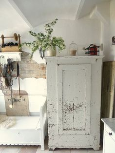 PeRfeCtLY ChiPPy-W*H*I*T*E CupBoard...
