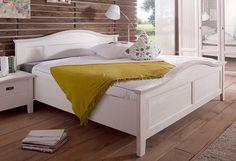 Bett »Casa«. Dieses traumhafte Schlafzimmer-Programm im romantischen Landhaus-Stil ist ein toller Hingucker in jedem Schlafzimmer. Gefertigt aus FSC®-zertifizierter, teilmassiver Pinie, weiß gebürstet (Front massiv, Korpus außen furniert, innen foliert).  Das Bett ist mit dekorativen Fräsungen versehen. Auf der großzügigen Liegefläche von lässt es sich toll relaxen. Das Holzbett hat ein schön g...