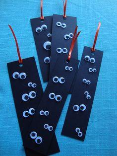 marcadores de ojos con cartulina negra lo recortas y le pes ojos y ya tienes un marca paginas espeluznante
