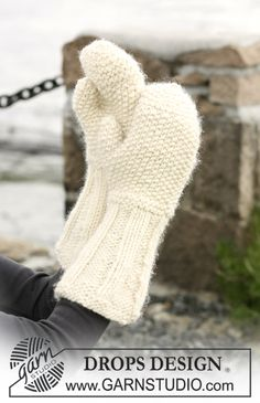 Mittens with Rib and moss stitch pattern by DROPS design Knitted Mittens Pattern, Knit Mittens, Knitted Gloves, Knitting Patterns Free, Free Knitting, Stitch Patterns, Free Pattern, Crochet Patterns, Drops Design
