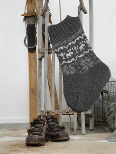 Ich habe noch nie Socken gestrickt. Und auch noch nie ein Muster. Aber manchmal muss man sich den Herausforderungen stellen, und wird dann sogar positiv überrascht vom Ergebnis. Der Herbst ist eingeläutet und so langsam sieht man schon die ersten Weihnachtsartikel im Handel. Wenn man im Dezember gut ausgerüstet sein will, kann man durchaus schon ... Christmas Items, Christmas Crafts, Christmas Sock, Xmas, Diy General, Craft Tutorials, Knit Patterns, Socks, Knitting