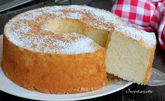 La chiffon cake al limone è la versione profumatissima del classico ciambellone americano soffice che più soffice non si può.
