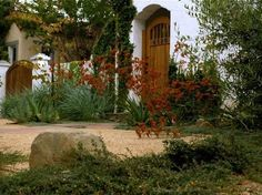pretty, low-maintenance entry landscaping Hardscaping 101: Decomposed Granite | Gardenista
