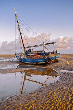 Taking pictures You are in the right place about Sealife Photography ocean life Here we offer you th Old Boats, Small Boats, Fishing Boats, Fly Fishing, Catfish Fishing, Women Fishing, Boat Drawing, Fishing Photography, Boat Art