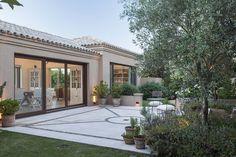 Tuscan design – Mediterranean Home Decor Tuscan House Plans, Porch And Terrace, Landscape Curbing, Modern House Facades, Casa Patio, Modern Mansion, Tuscan Design, Mediterranean Home Decor, Outside Living