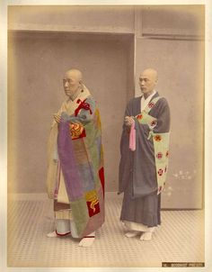 Description Kusakabe Kimbei - 14 Buddhist Priests.png