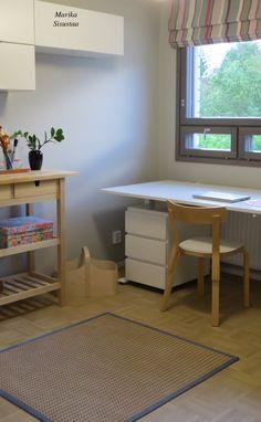 Raikas, lämmin työhuone. Valkoinen, harmaa, jota puu lämmittää. Laskosverho, Artek-tuoli, Muurame, Ikea