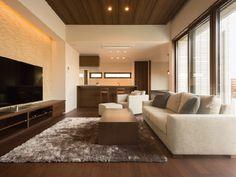 注文住宅の建て方を比較検討できるサイトを大手ハウスメーカー8社が運営しています。社員がこだわって建てたお宅を訪問する、『ハウスメーカー社員のおうちTips』。今回は、リラックスして過ごすために間取りやインテリアに工夫を凝らしたお宅を伺います。 Interior Design Living Room Warm, Home Room Design, Modern Interior Design, Living Room Decor, Bedroom Decor, House Design, False Ceiling Design, House Rooms, House Styles