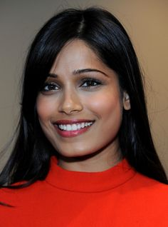 Try a subtly shimmery eye and a dark pink lip like Freida Pinto's for your next date! #makeup #beauty