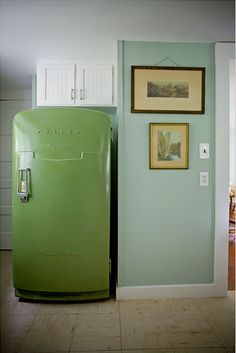 LOVE this Philco fridge Stylish Kitchens Rocking Avocado Green Appliances Vintage Fridge, Vintage Refrigerator, Retro Fridge, Vintage Kitchen, Mint Green Walls, Blue Walls, Homemade Furniture, House Of Turquoise, Stylish Kitchen