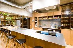 ステンレスの天板の造作キッチンカウンターには、火力が強く、熱が拡散しないGAGGENAUのIHクッキングヒーター、AEGの大型食洗機をビルトイン。