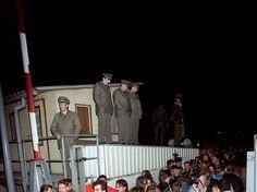 Sob fiscalização policial, moradores da Berlim Oriental atravessam o posto de passagem Invalidenstrasse para visitar o setor do Ocidente, em novembro de 1989  Foto: AFP