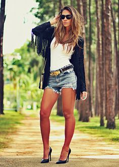 look do dia com shorts jeans casaco de franjas e scarpin preto