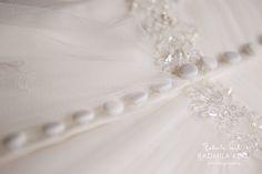 nice wedding dress  detail by © radmila kerl wedding photography munich schönes Hochzeitskleid-Detail mit Knöpfen