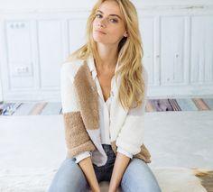 Un gilet douillet en patch de couleurs avec une encolure en V fermée par une agrafe, bref, un gilet parfait pour l'hiver ! Ce modèle est tricoté en Fil PHIL DOUCE coloris grège, chamois et écru.