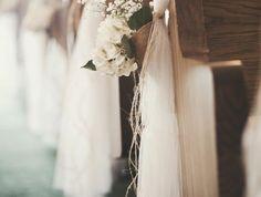 1-choisir-la-housse-de-chaise-pour-mariage-pas-cher-avec-un-voilage-blanc-et-fleurs