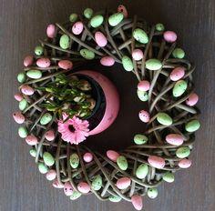 paaskrans: Krans (action €4,99), decoratie eitjes (Wibra €1,- per zakje, hier 2 zakjes) en lijmpistool.