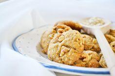 Gesünder und noch leckerer als die Gekauften: Ein einfaches Rezept für süsse #Haferkekse mit Mandeln und Walnüssen.