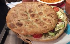Turks brood met mozzarella en tomaat