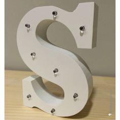 Letra S de madera luminosa. Además de decorar, proyectan una luz suave y acogedora.