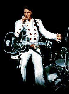 Elvis in concert at the Madison Square Garden in june 11 1972 Elvis Presley Memories, Elvis Presley Concerts, Elvis Presley Images, Elvis In Concert, Always On My Mind, Great Pictures, Photos Du, Belle Photo