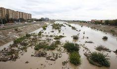 Las lluvias del 11 de octubre de 1957 no fueron intensas. Tampoco las del día siguiente. Meros avisos. Fue el día 13 cuando todo empeoró. Una feroz tormenta en forma de gota fría avanzó de oeste a este barriendo la cuenca media y baja del Turia con niveles de lluvia superiores a los 100 litros por metro cuadrado en 24 horas. El cielo se rompía como una catarata sobre Valencia. Un cauce empequeñecido por la naturaleza dejó la ciudad convertida en un mar de barro, muerte y destrucción. Hubo…