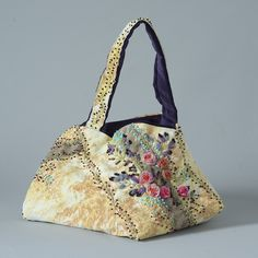 Voici ici le kit comprenant les matières à broder pour confectionner ce sac. De style vintage ses couleurs automnales sont à marier avec un tissu de votre choix : ancien ou réédité. Ainsi l'ensemble composera un modèle exceptionnel, vous n'en rencontrerez jamais un autre identique. A votre disposition gratuitement les explications détaillées à télécharger ci-dessous. Embroidery Purse, Ribbon Embroidery, Handmade Handbags, Handmade Bags, Tote Purse, Clutch Bag, Art Fil, Embroidered Bag, Sewing Box