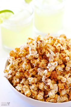 Think of a trip to the cinema, big screen, dark and most importantly - popcorn! But what about gourmet popcorn? Here are best recipes we found online! Popcorn Snacks, Flavored Popcorn, Gourmet Popcorn, Popcorn Recipes, Snack Recipes, Cooking Recipes, Popcorn Stovetop, Popcorn Flavours, Homemade Popcorn