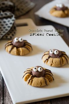 DIY Easy Chocolate Peanut Butter Spider Cookies from A Spicy Perspective. For more Halloween food and drink like 18 Gross Halloween Recipes, werewolf cupcakes, the blood fountain or Vampire Milkshakes. Halloween Treats For Kids, Halloween Goodies, Halloween Desserts, Holiday Treats, Halloween Party, Halloween Chocolate, Halloween Cupcakes, Halloween Recipe, Halloween Ideas