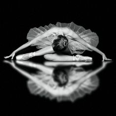 Pics Photos - Ballerina Ballet Beautiful Black And White Dance Dancer Photo Hacks, Dance Like No One Is Watching, Ballet Photography, Reflection Photography, Reflection Photos, Digital Photography, Stunning Photography, Lifestyle Photography, Photography Ideas
