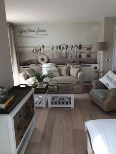 Sohvapöytä, sivupöytä, jalkalamppu ja hyvät värit