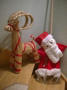 dIY-snowman,christmas,weihnachten.um einen Besen roten Stoff wie mit einem gürtel festzurren,einen Kopf aus Stoff basteln,mit watte o.ä. Füllen,am besen befestigen,watte u Augen aufkleben mit heißluftpistole-fertig.
